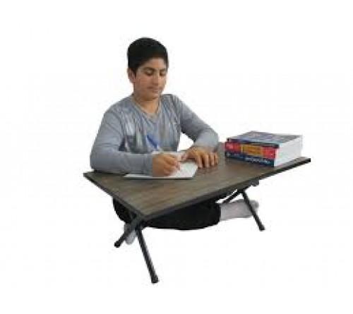 میز تحریر تاشو نشسته